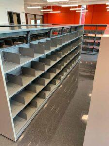 Rayonnage de la bibliothèque de l'école Félix Leclerc à Montréal
